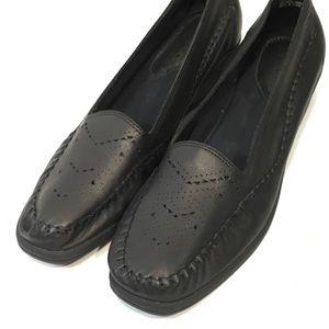 SoftSpots Black Pierced Leather Loafer Moc NARROW